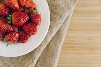 Vista superior de plato con fresas