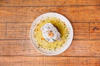 Vista superior de plato de arroz con huevo