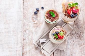 Vista superior de postres con granos de café y fresas