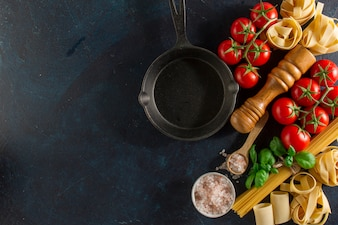 Vista superior de sartén junto ingredientes frescos