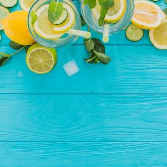 Vista superior de superficie de madera azul con bebidas veraniegas