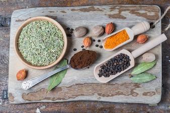 Vista superior de tabla de cortar con semillas y hojas