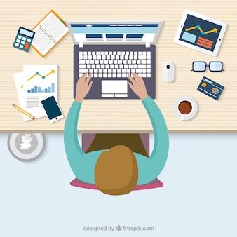 Vista superior de un hombre que trabaja en su ordenador