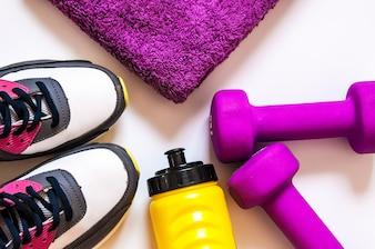 Vista superior de zapatillas de deporte sobre fondo blanco. Ropa y equipo de fitness. Deporte de moda, accesorios de deporte, Sport.Healthy concepto copia espacio. Concepto estilo de vida saludable, el deporte y la dieta.