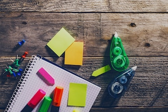 Vista Superior Del Concepto Del Negocio. Accesorios de oficina en la mesa de madera. Encima. Material de oficina. Concepto Del Trabajo Del Estudio. Viraje.