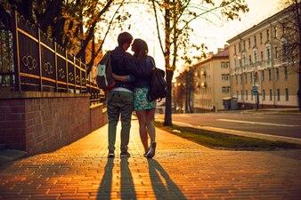 Vista trasera de pareja adorable caminando