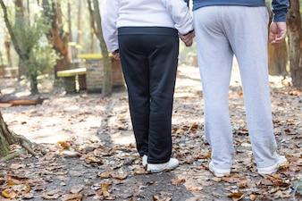 Vista trasera de pareja mayor paseando por el parque
