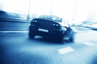 Vista trasera del coche en la carretera