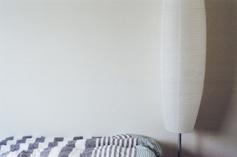 Lámpara blanca en el dormitorio