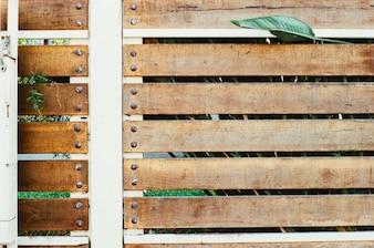 Cerca de madera con remaches
