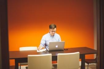 Trabajar en la sala de reuniones