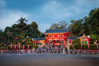 Yasaka Jinja templo en Kyoto, Japón. Yasaka Shrine (Yasakajinja), también conocido como el Santuario de Gion, es un santuario sintoísta en Gion, Kyoto.