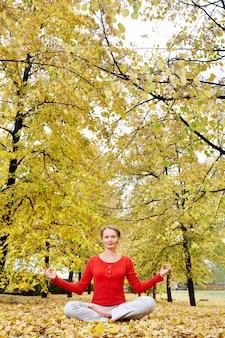 Yoga al aire libre posición hermosa otoño