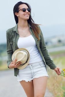 Young femenina en actividades al aire libre