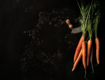 Zanahorías sobre un fondo negro
