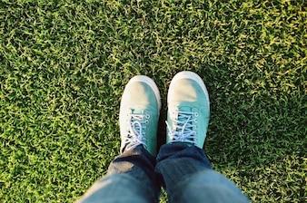 Zapatillas de deporte verdes en la hierba