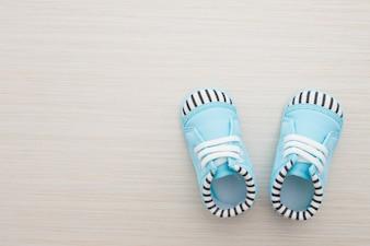 Zapatos de bebé sobre fondo de madera
