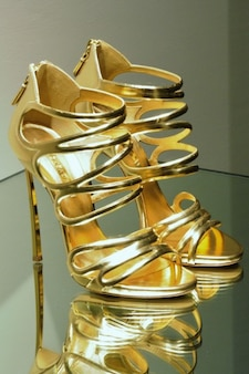 Zapatos de tacón alto de oro