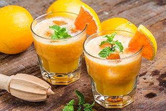 Zumos de naranja con un exprimidor