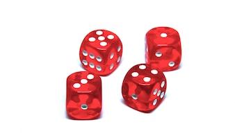 4 dadi rossi da vicino su sfondo bianco