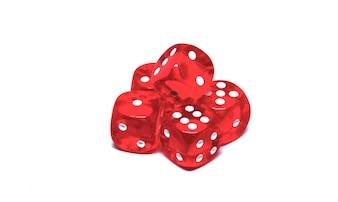 5 dadi rossi da vicino su sfondo bianco