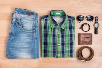 Abbigliamento casual degli uomini classici con gli accessori sulla tabella