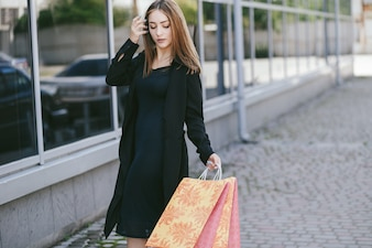Adulto all'aperto alla moda dall'aspetto moderno