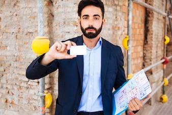 Agente immobiliare che mostra biglietto da visita