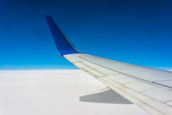 Ala di aeroplano su nuvole bianche