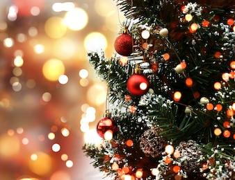 Albero di Natale con decorazioni su uno sfondo bokeh luci