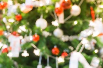 Albero di Natale decorato sfocato