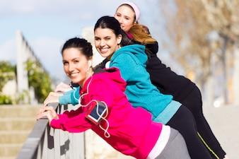 Allenamento di peso amici di benessere attivi