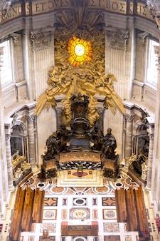Altare maggiore nella basilica di San Pietro in vaticano, capolavoro del bernini, colpo verticale