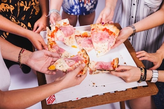 Amici che condividono pizza