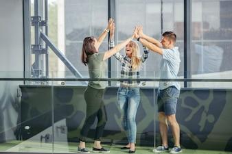 Amici che danno cinque alti