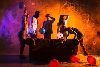 Amici in festa in camera oscura