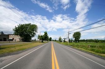 Ampio angolo di strada rurale