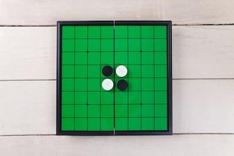 Andate a giocare sulla vista sul bordo verde dall'alto sul tavolo di legno.
