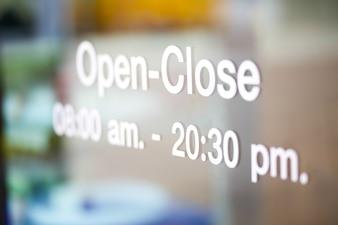 Aperto e chiuso segno sulla porta di vetro