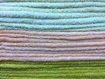 Asciugamani fluffy colorati che impilano priorità bassa