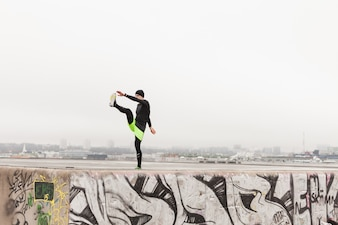 Atleta stretching sulla parete