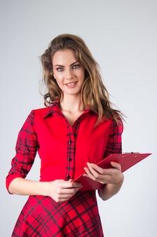 Attraente giovane donna moderna d'affari con appunti.