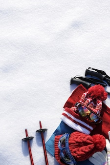 Attrezzatura da sci e vestiti con la neve