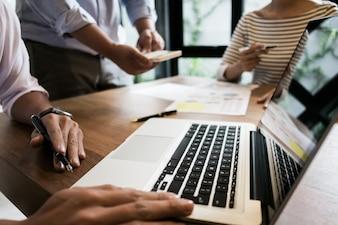 Avviare il business. Gruppo di giovani esecutori fondatori presso il caffè o ufficio moderno