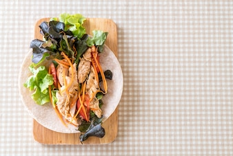 Avvolgere il rotolo di insalata