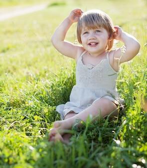 Bambina di due anni in estate