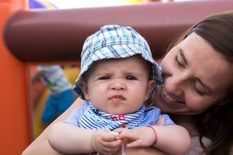 Bambino carino con sua madre