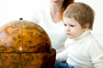 Bambino che osserva un pianeta terra