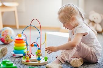 Bambino con giocattoli in camera
