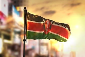 Bandiera del Kenia Contro La Città Sfocata Di Sfondo Al Retroilluminazione Di Alba